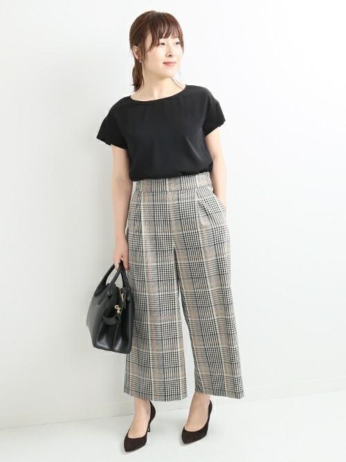 黒トップス×チェック柄パンツの夏の服装