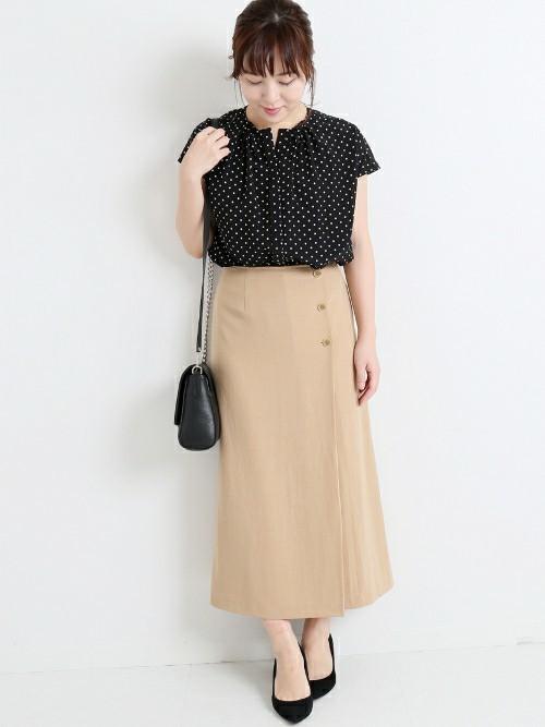 ドット柄ブラウス×ベージュスカートの夏の服装