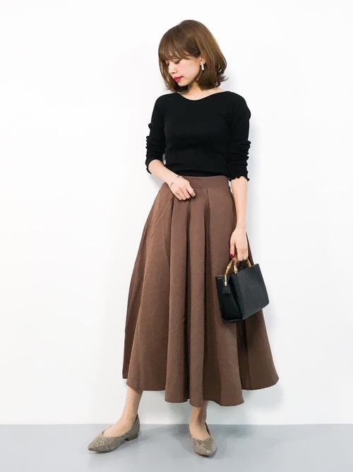茶色ロングスカート×黒トップスの春コーデ