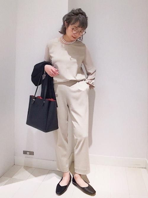 ベージュブラウス×ベージュパンツの秋の服装