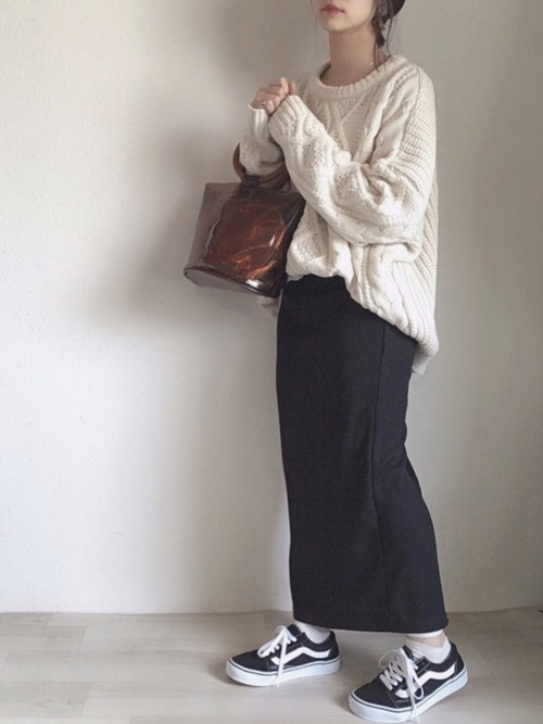 白ケーブルニット×タイトスカートの春コーデ