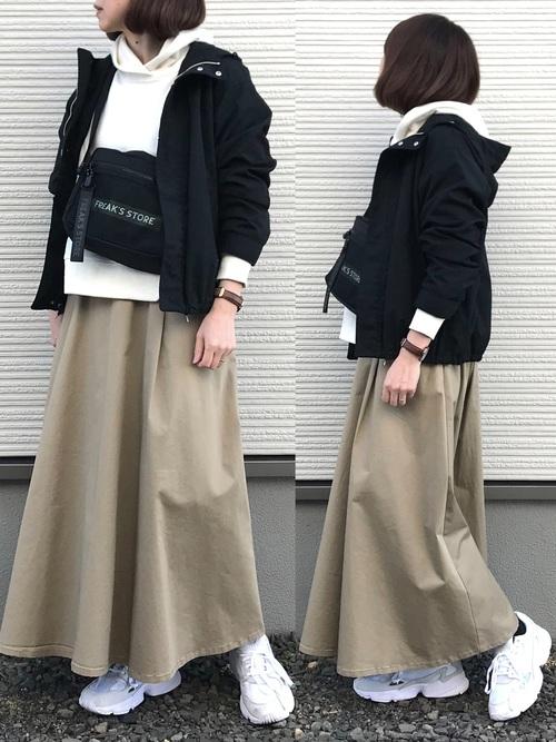 ジャンパースカート×白パーカー