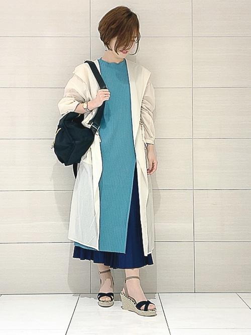 青ニットワンピース×白ロングコート