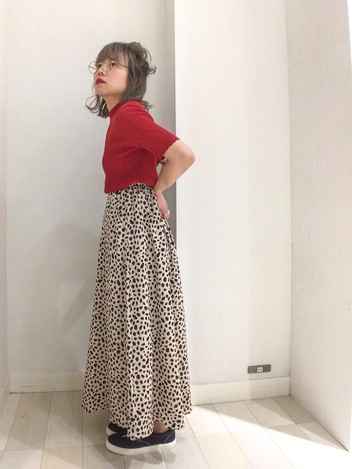 赤トップス×ヒョウ柄フレアスカート