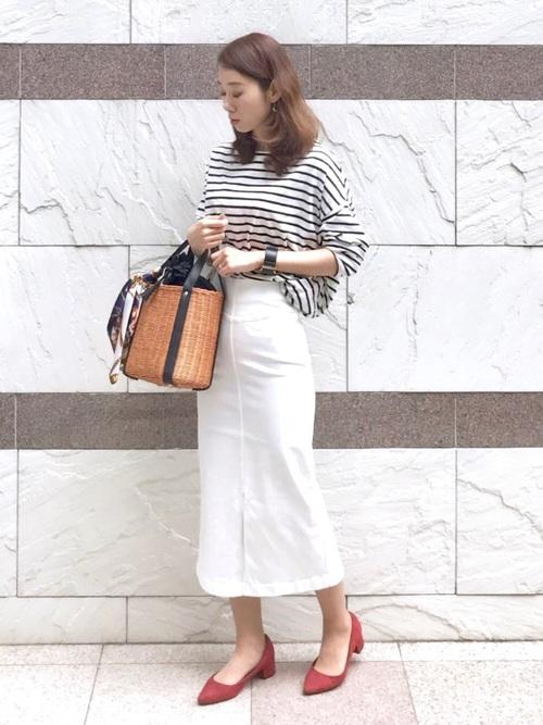 赤パンプス×白タイトスカート