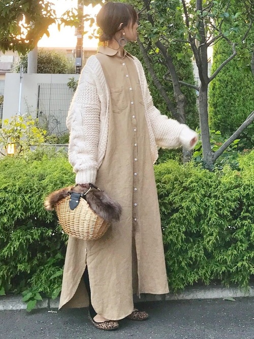 白カーディガン×シャツワンピースの秋コーデ
