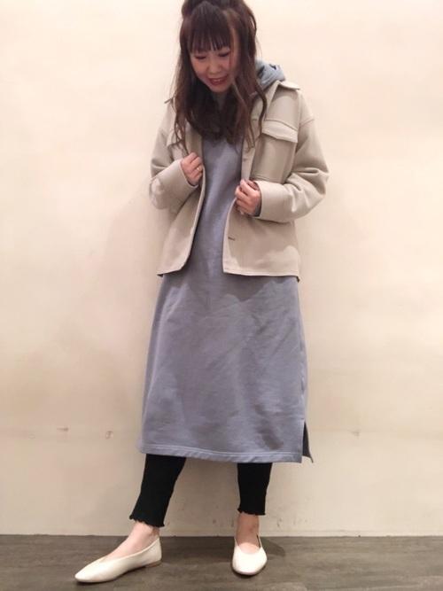 青ワンピース×ベージュジャケット