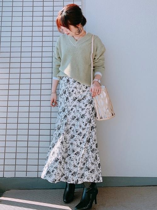 ユニクロ白スカート×緑ニットの春コーデ