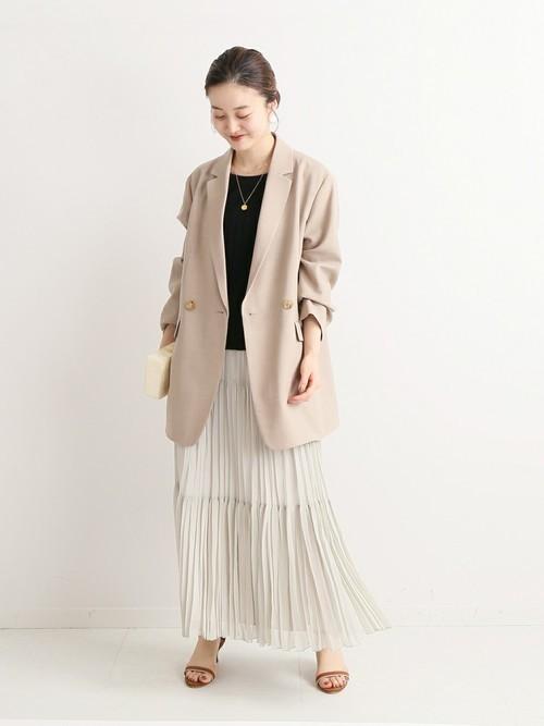 ベージュジャケット×プリーツスカート