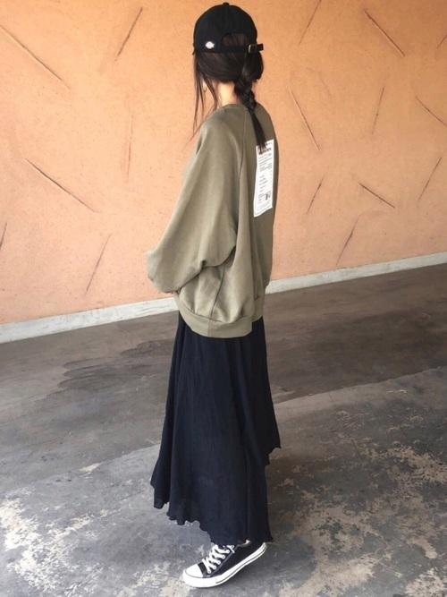 黒キャップ×黒フレアスカート