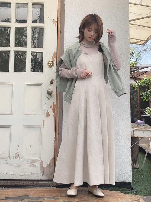 ジャンパースカート×白パンプス