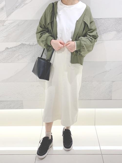 ユニクロ白スカート×黒スニーカーの30代春コーデ