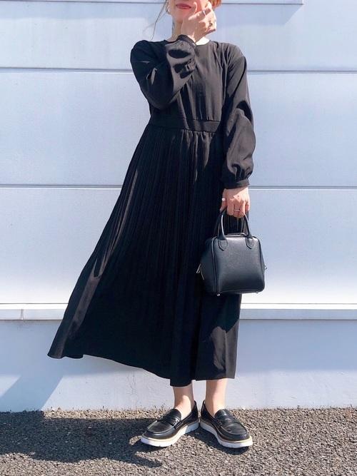 黒フレアワンピース×黒スニーカーの春コーデ