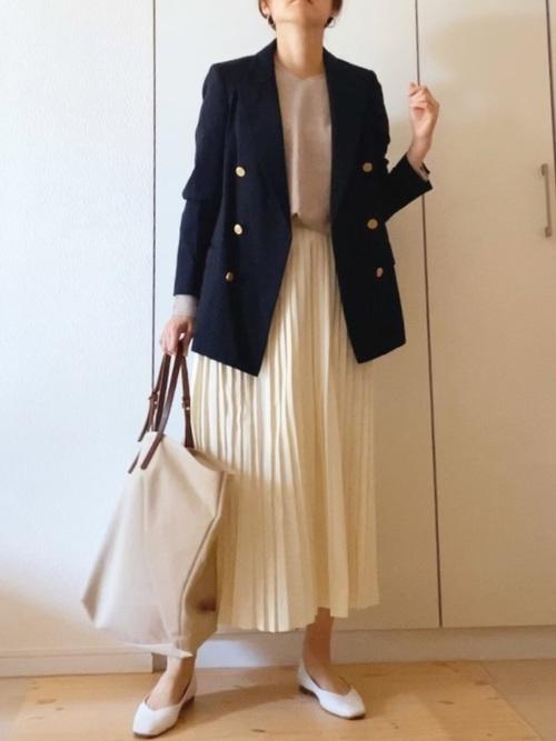 ネイビージャケット×白スカートの春の服装