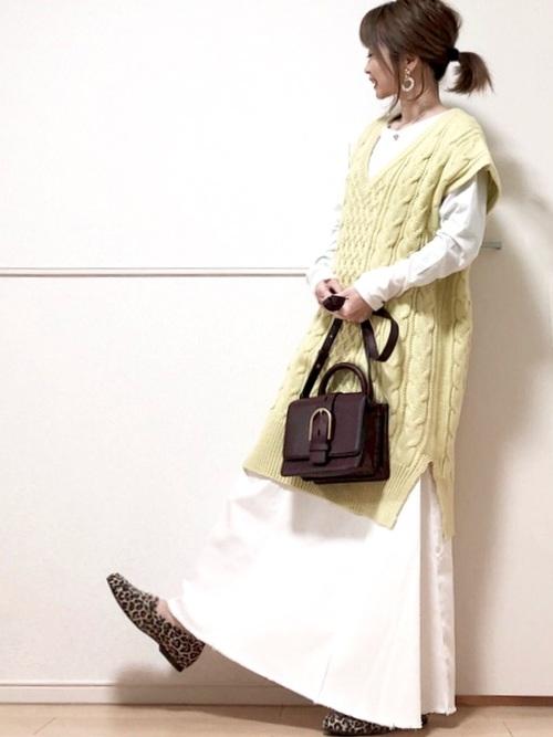緑ロングベスト×白ロングスカート