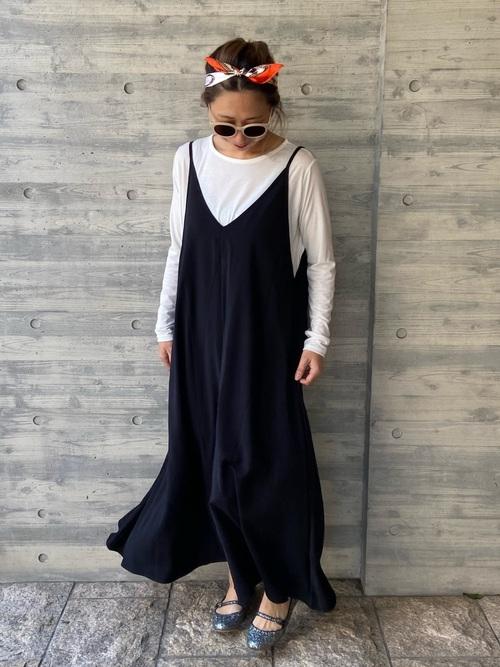 黒キャミワンピース×柄スカーフの春コーデ