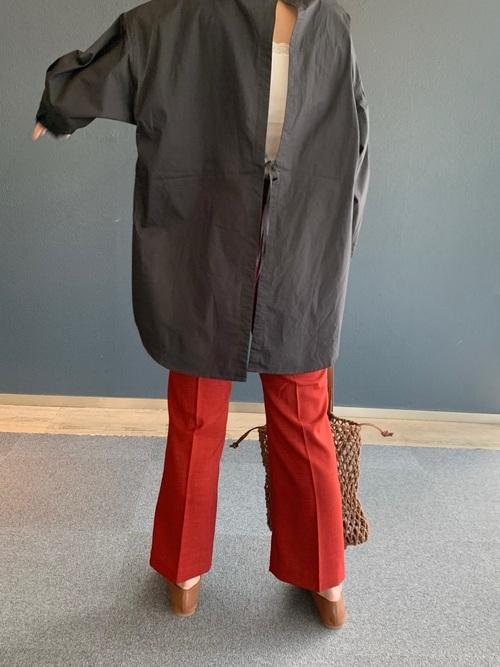 黒バックオープントップス×赤パンツの春コーデ