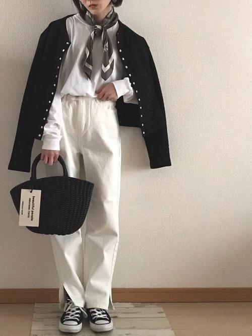黒カーディガン×白デニムパンツの春コーデ