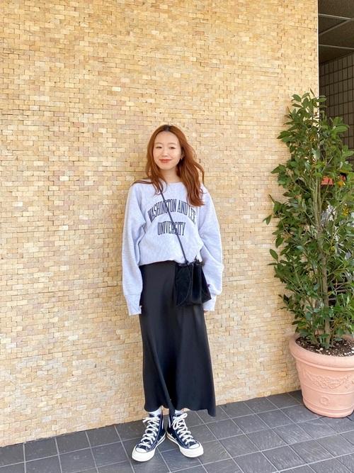 ロゴスウェット×黒スカートの春コーデ