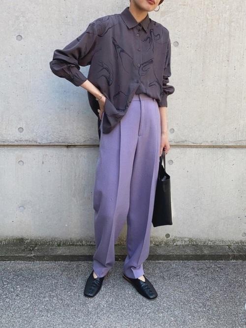 黒マーブル柄トップス×紫パンツの春コーデ