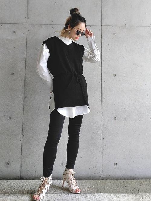 黒ニットベスト×白ロングシャツ