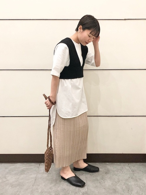 黒ベスト×プリーツタイトスカート