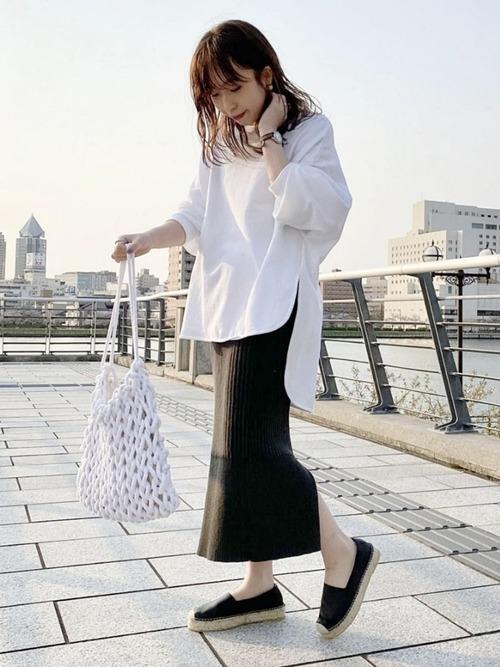 白カットソー×リブタイトスカート