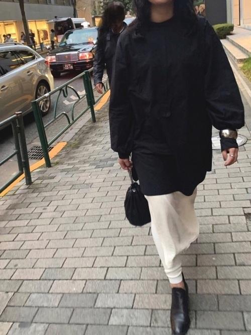 黒トップス×白スカート×レギンスの春コーデ