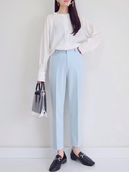 ユニクロ青パンツ×白ブラウスの30代春コーデ