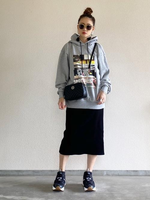 ユニクロ黒スカート×スウェットの春コーデ