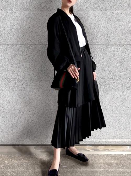 黒ロングアウター×黒プリーツスカートコーデ