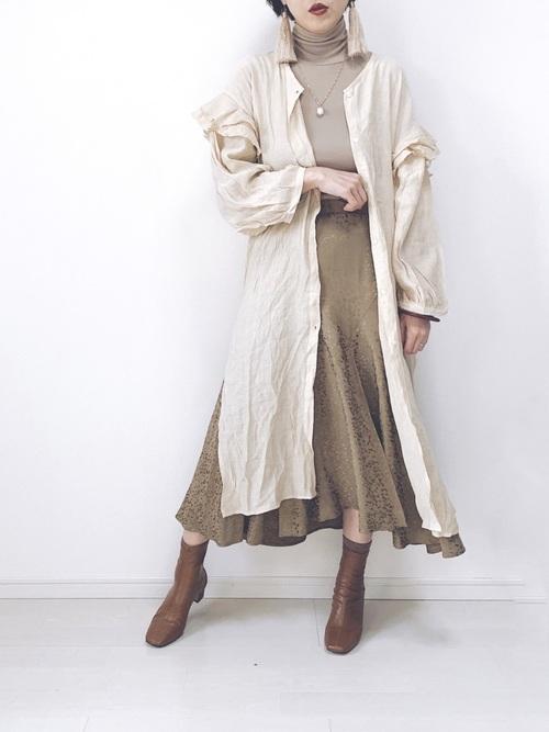 シャツワンピース×サテンヒョウ柄スカート