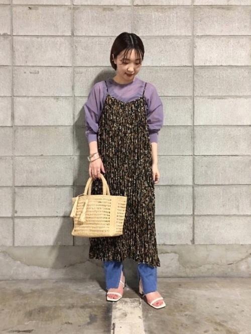 青花柄キャミワンピース×デニムの春コーデ