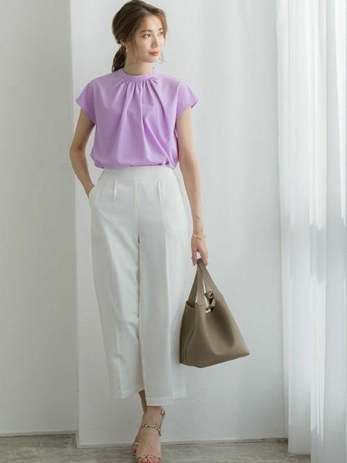 紫ブラウス×クロップドパンツの夏の服装