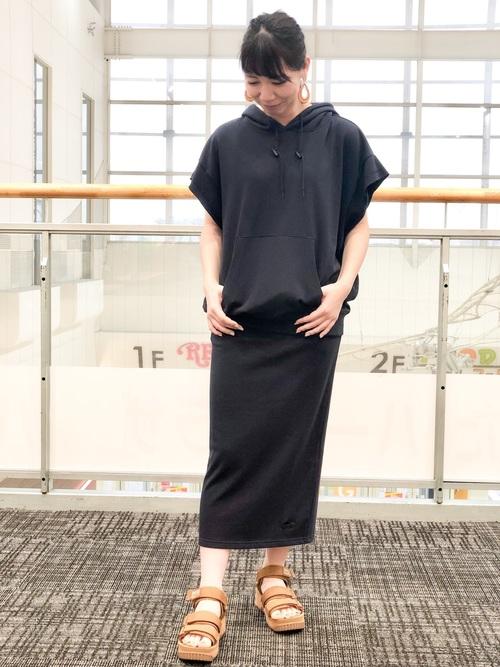 紺パーカー×紺タイトスカート