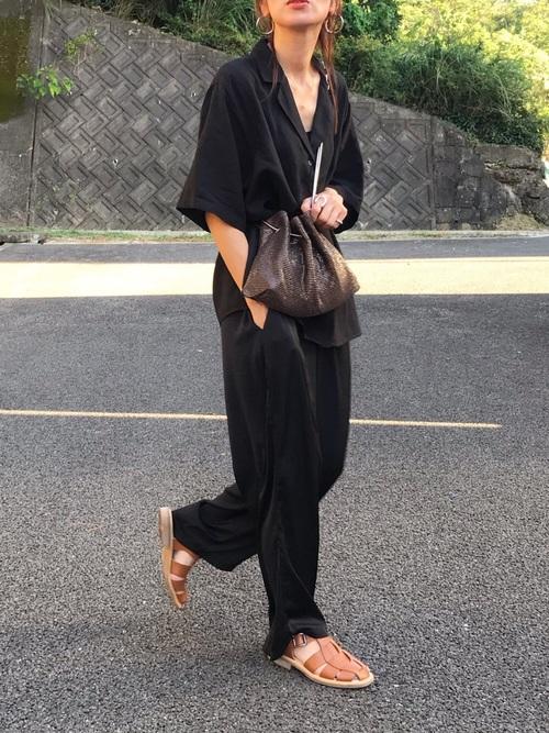 黒サテンパンツ×黒開襟シャツ