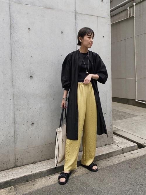 黄色サテンパンツ×黒シャツワンピ