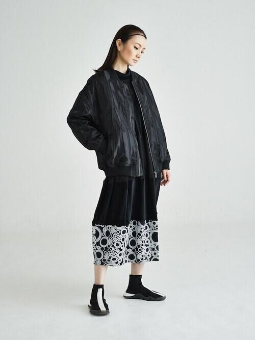 黒切り替えワンピース×黒ジャケットコーデ