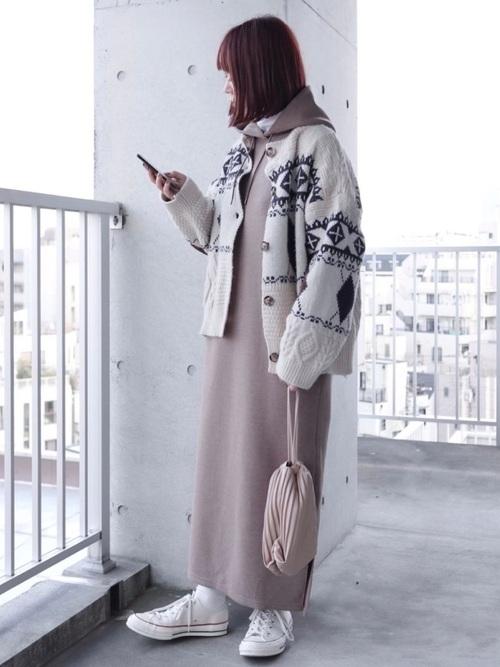 白柄カーディガン×茶色ワンピースの冬コーデ