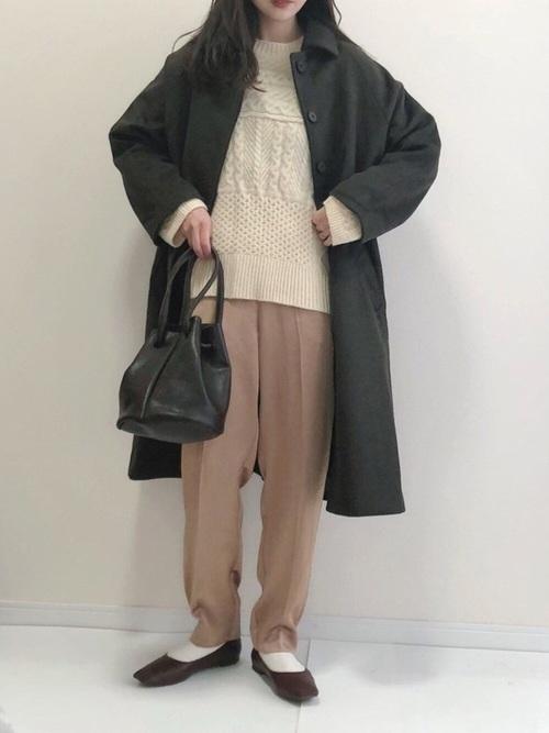 ベージュサテンパンツ×茶色コート