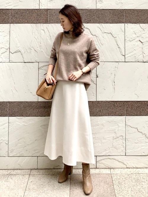 ハイネックニット×白スカートの冬の服装