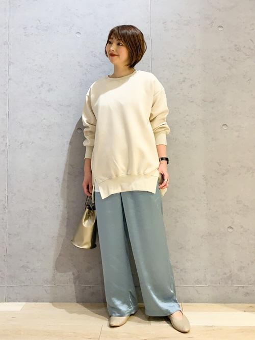 青サテンワイドパンツ×白ニット