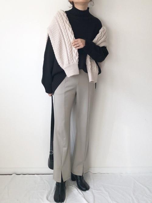 白カーディガン&黒ニット×パンツの冬コーデ