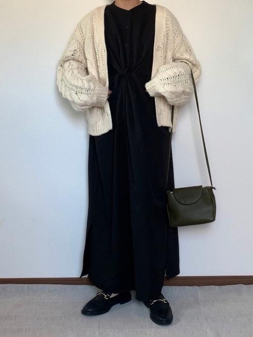白カーディガン×黒ワンピースの冬コーデ