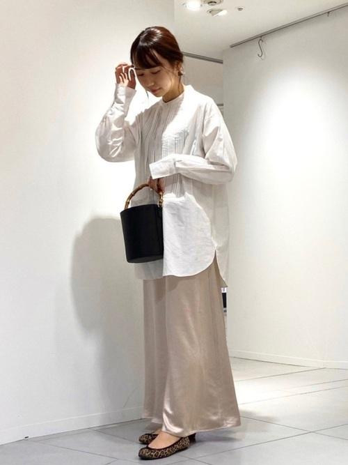 ベージュロングスカート×白シャツの春コーデ