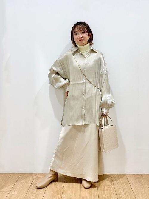 サテンロングスカート×シャツの春コーデ