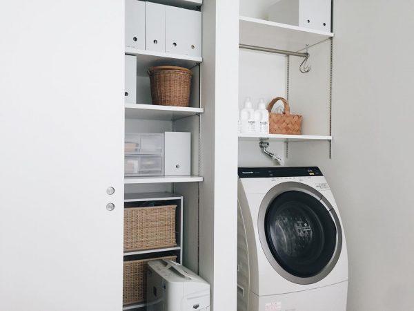 すっきりとした可動式棚の洗濯機上収納