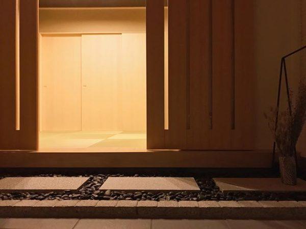 和風モダンな玄関に合うドア実例