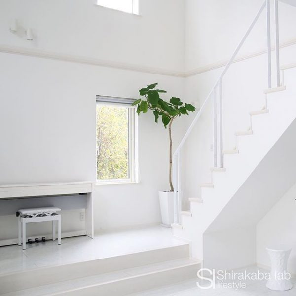 階段×ピアノのシンプルコーディネート