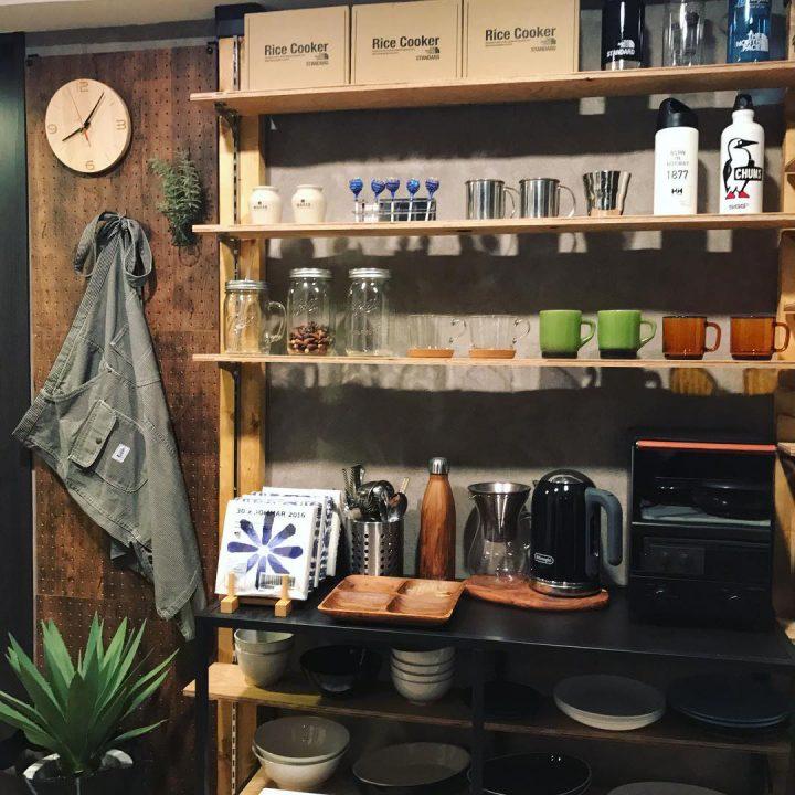 おしゃれな箱を使った食器棚上の収納アイデア